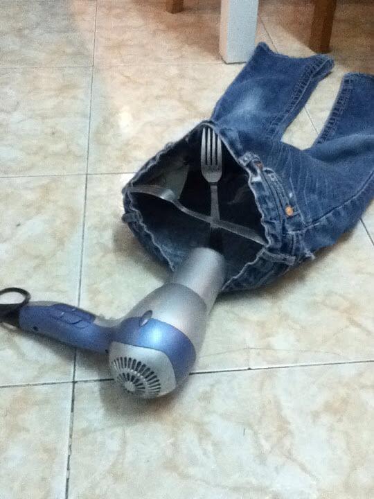 сушим джинсы с помощью фена