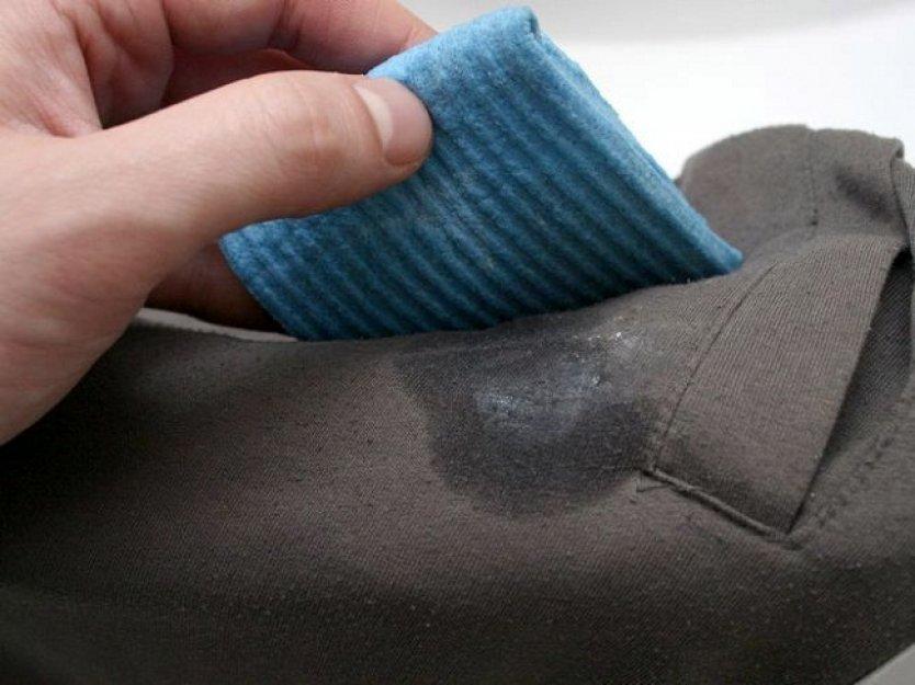 Чем удалить жирное пятно с плотной ткани фото